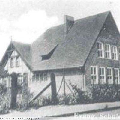 Budynek szkoły w początkach XX wieku. Widok od ulicy Szkolnej.